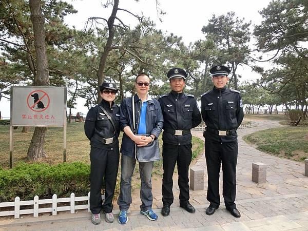圖15 向三位青島特警問路後聊天半小時並合影留念