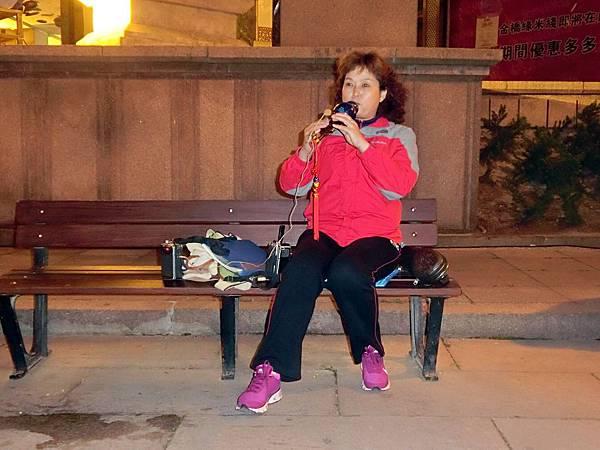 圖20 在公園內吹奏「綠島小夜曲」的大姊