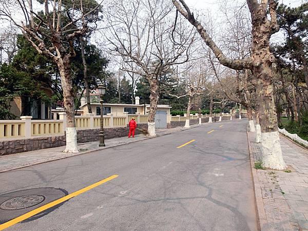 圖21 身穿紅色制服的街道清潔員