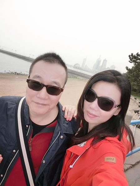 圖4 青島霧大寒氣重,我們夫妻無奈之下只好「上黑車」。