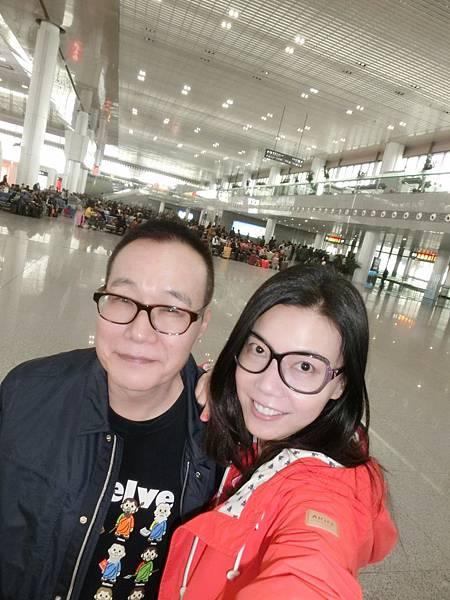 圖1 4月20日我與澤治在南京高鐵站內準備搭高鐵去青島