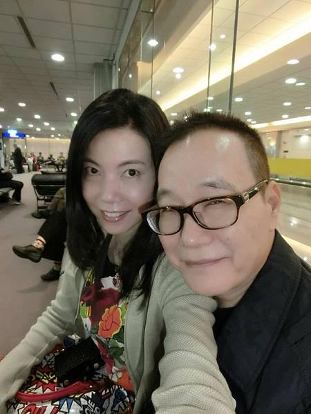 圖2 4月19日我與澤治在中正機場候機室準備搭機去南京