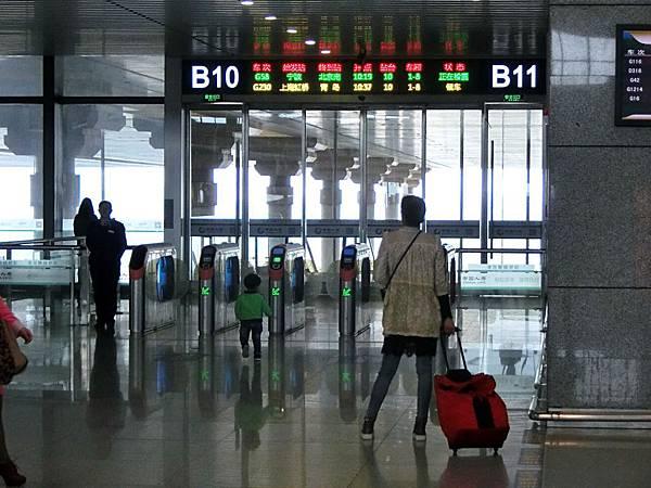 圖13 從南京高鐵站的B10站口排隊進站