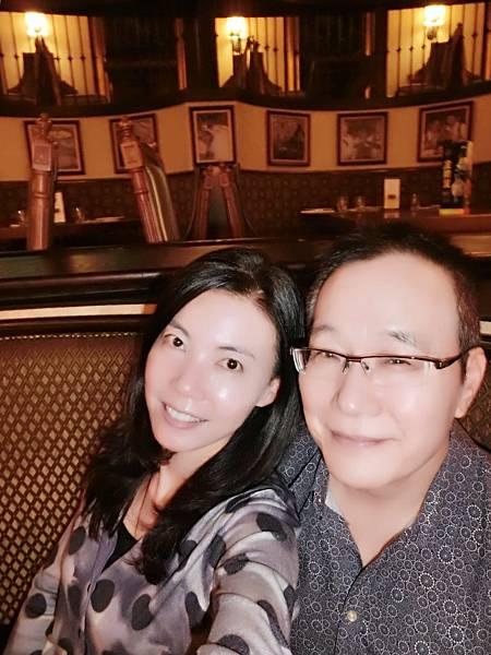 圖1 我與咪呢在美麗華的金色三麥餐廳