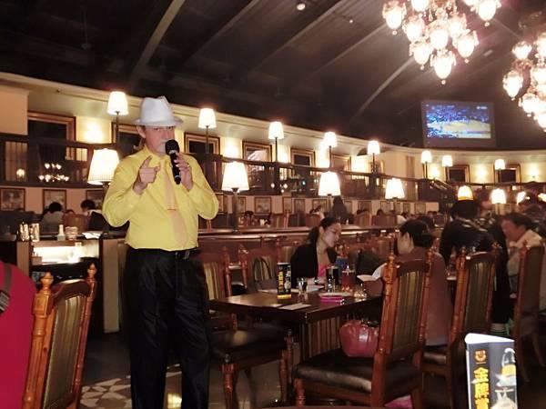 圖15 金色三麥的外籍歌手演唱中