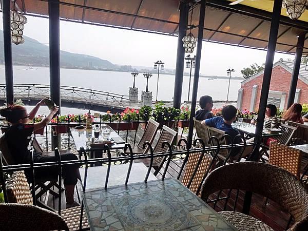 圖9 領事館咖啡廳室外座位區