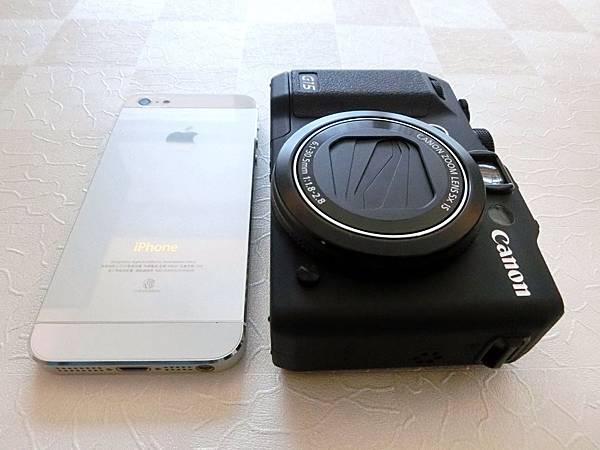 圖2 把iPhone5和Canon G15放在一起,可比較出體積大小。