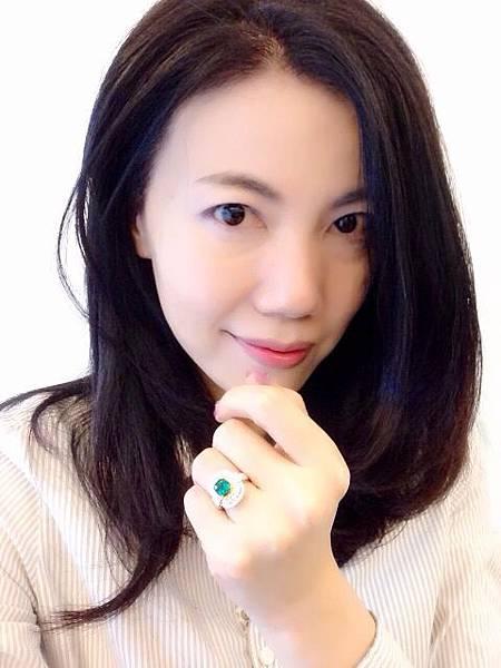 圖3 我配戴自己設計的祖母綠鑽戒