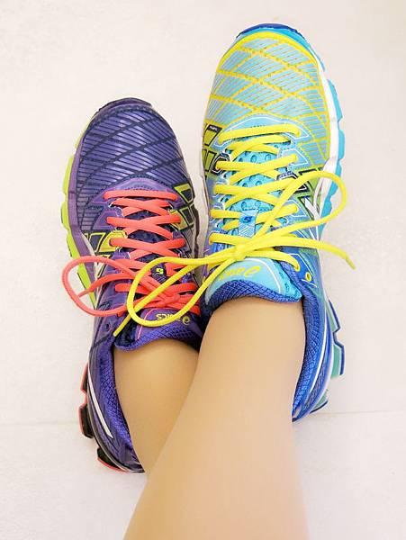 圖1 我的運動鞋,紫色是2013秋冬款,藍色是2014春夏款。