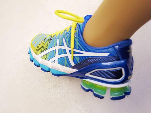 圖6 鞋後跟黃色果凍狀物即是「亞瑟膠」