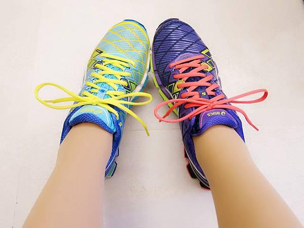 圖14 把兩款鞋穿在一起比一比