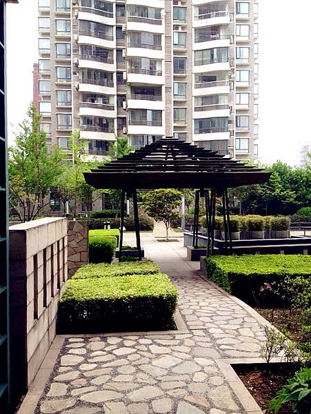 圖2 這棟大樓是我們在南京的住家,從陽台向外看可見秦淮河。