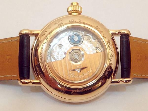 圖9 腕錶背面可見精緻機蕊