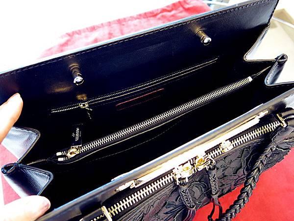 圖8 皮包內部也是黑色,分成三層。