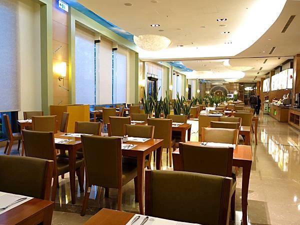 圖16 義大皇冠酒店早餐廳內觀