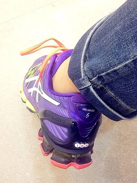 圖4 鞋後跟黃色果凍狀夾層是專利「亞瑟膠」,可增加彈力。
