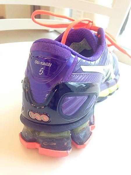 圖5 鞋後跟黃色果凍狀夾層是專利「亞瑟膠」,可增加彈力。
