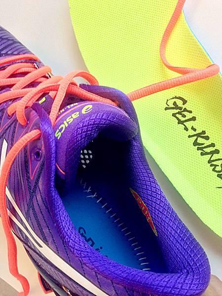 圖6 鞋墊是漂亮的黃綠色,拿起鞋墊可見工整的縫合線。