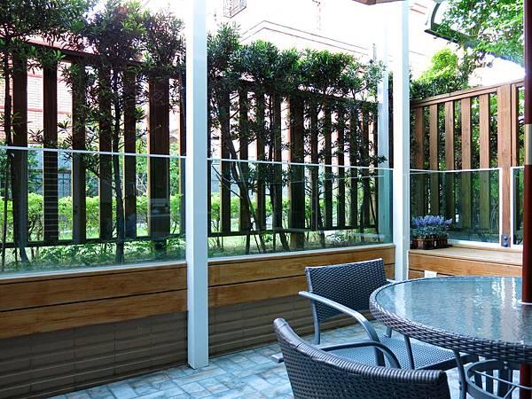 圖4 愛麗絲花園「生態」豐富,有花草樹木、蝴蝶、蝸牛和蜘蛛。