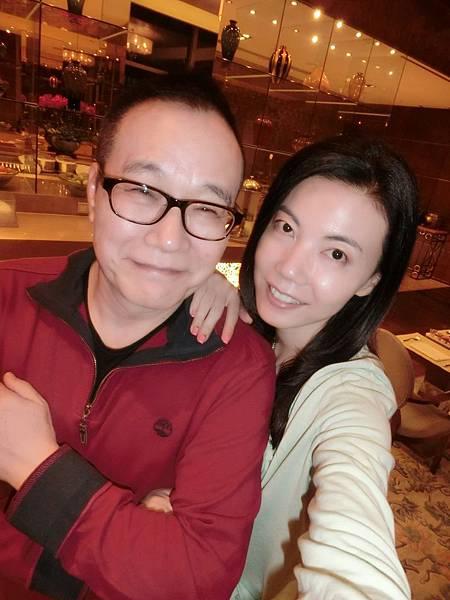 圖4 我和澤治在青島香格里拉VIP廳