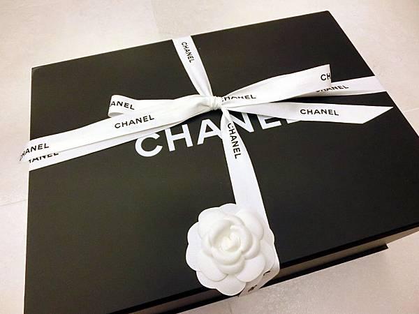 圖2 香奈兒包的大型包裝盒