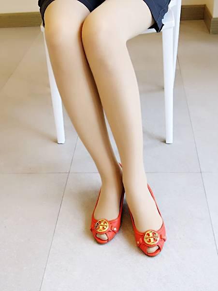 圖2 我穿Tory Burch豔橘牛皮鞋
