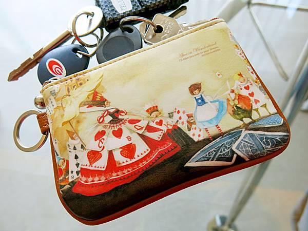 圖6 我新買的《愛麗絲夢遊仙境》鑰匙包