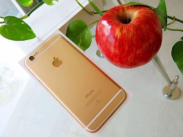 圖7 買一顆漂亮的紅蘋果和土豪金iPhone 6合照