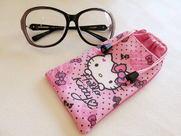 圖6 用Kitty束口袋裝大眼鏡剛剛好