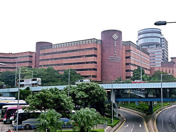 圖4 從酒店&旅遊管理學院走幾步上天橋,對面即是香港理工大學校本部。