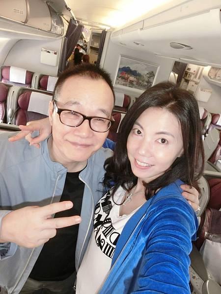 圖5 11月1日我和咪呢在華航班機上,準備飛往香港。