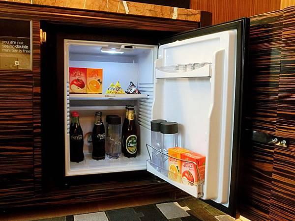 圖12 冰箱裡的飲料和巧克力全部免費