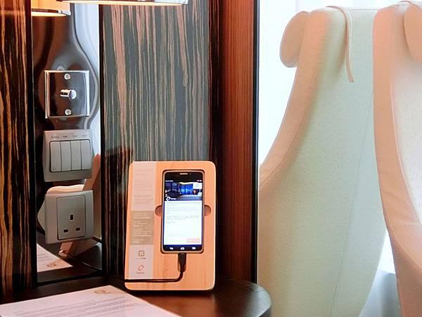 圖13 床頭櫃上的手機供客人免費使用