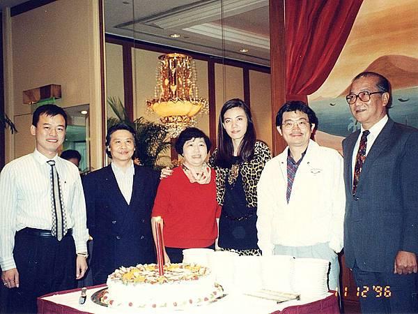 圖4 1996年11月,我(右三)和CC會員。~CC美食俱樂部「香江名饌美食之旅」