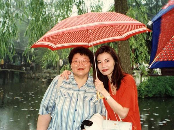 圖7 1997年5月,我和CC會員徐崇瑛醫師。~CC美食俱樂部「江南美食之旅」