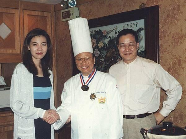 圖11 1996年11月,我與澤治帶領CC會員到香港富臨飯店享用阿一鮑魚。