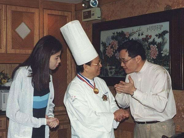 圖12 1996年11月,我與澤治帶領CC會員到香港富臨飯店享用阿一鮑魚。