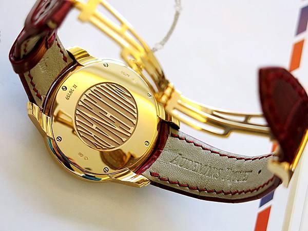 圖8 這款錶有弧度優美的折疊扣,錶背還刻印了千禧Millenary藝術字。