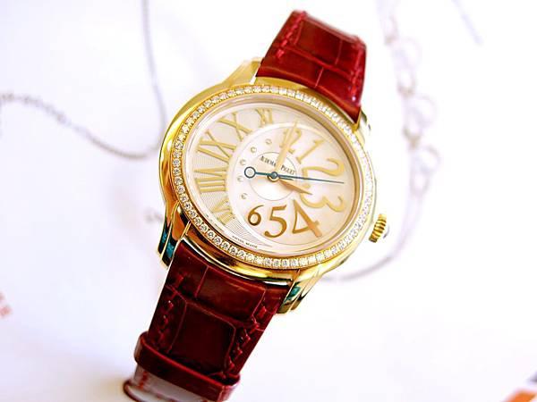 圖11 我另外訂製一隻原廠酒紅鱷魚皮錶帶替換