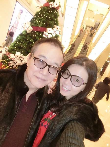 圖7 我和咪呢在復興Sogo與聖誕樹合照