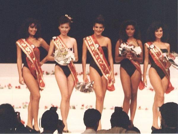 圖3 1988年我當選世界模特大賽〜亞洲最佳模特(圖左二)