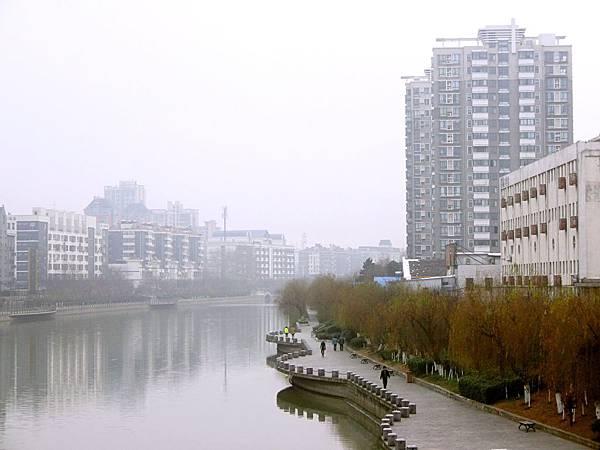 圖2 1月16日的南京秦淮河岸,右前方那棟高樓就是我過去的住家。