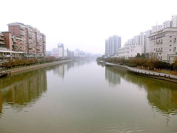 圖1 南京的「母親河」〜秦淮河,右側遠方高樓就是我在南京的住家。