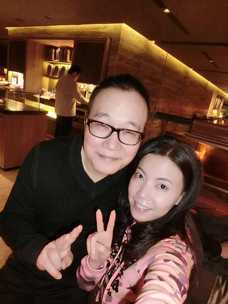 圖2 1月16日清晨我和咪呢在桃園機場華航VIP室