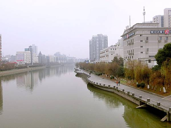 圖17 從橋上眺望,右側遠方那棟高樓就是我在南京的家。
