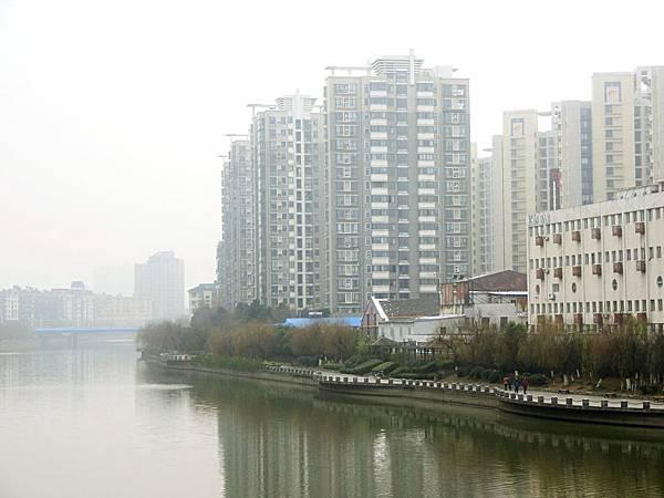 圖18 從橋上眺望,遠方那棟高樓就是我在南京的家。