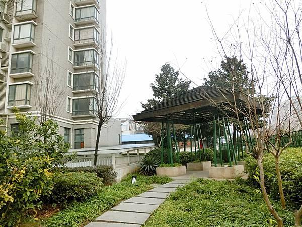 圖26 左側高樓是我過去的住家,走過曲徑涼亭離開家園。