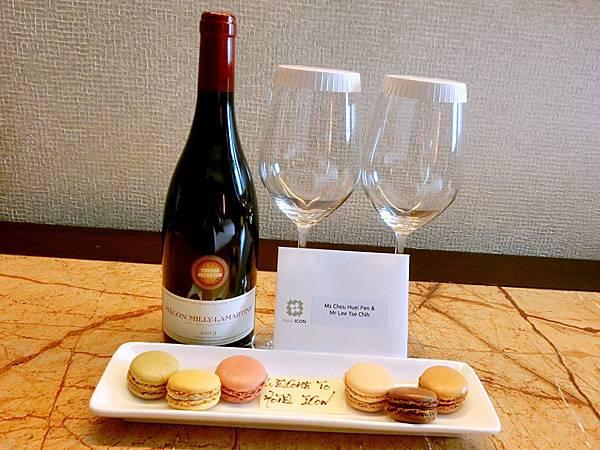 圖6 Hotel ICON送給我們一瓶紅酒&一碟馬卡龍
