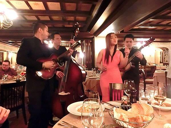 圖27 駐唱樂團在我們的餐桌前演唱