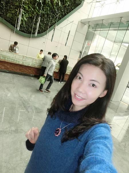 圖3 我和我的紫晶蓮花墜(1月18日在香港Hotel ICON)